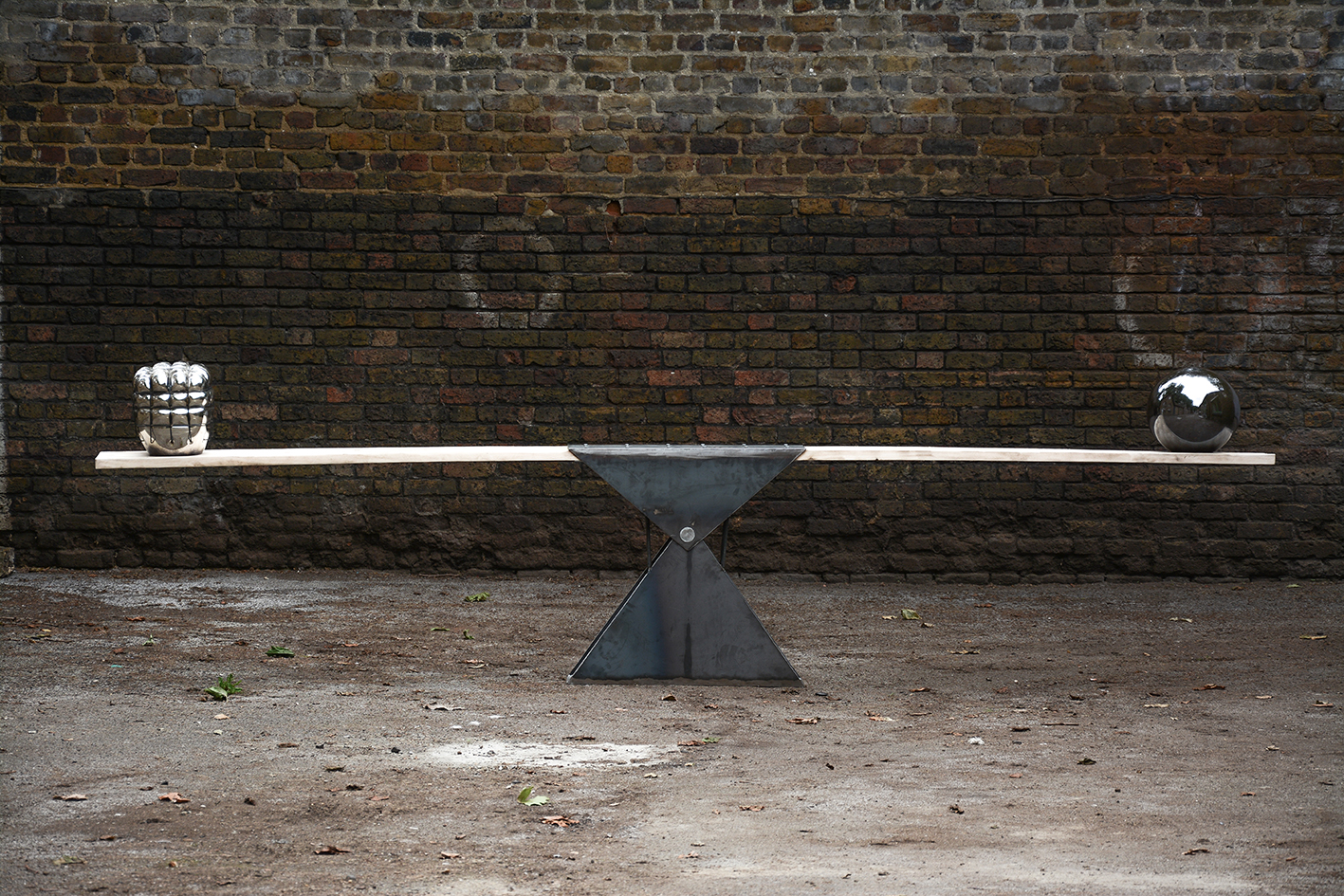 See Saw Seen, 2014, hand-blown glass, mirroring chemicals, lacquer, steel and wood, 400 x 80 x 30 cm rel=
